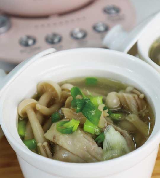 碗裡有雪白菇的蛤蜊干貝雞湯